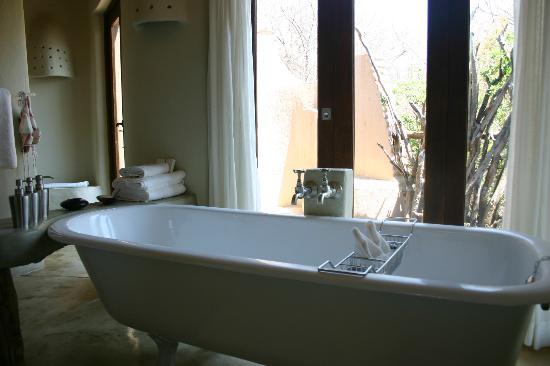 Impodimo Game Lodge: Bathroom - great outside shower