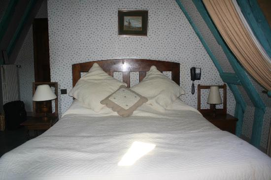 Hotel La Couleuvrine: Comfortable bed