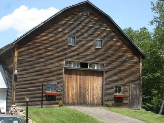 New England House Bed & Breakfast: 100 year old dairy barn