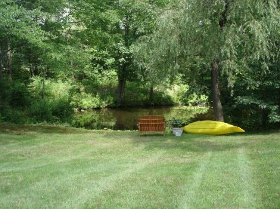 New England House Bed & Breakfast: Pond