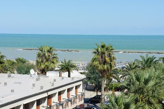 Residence Oltremare : Вид из номера на море