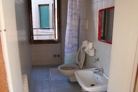 Domus Civica: Baño uso compartido