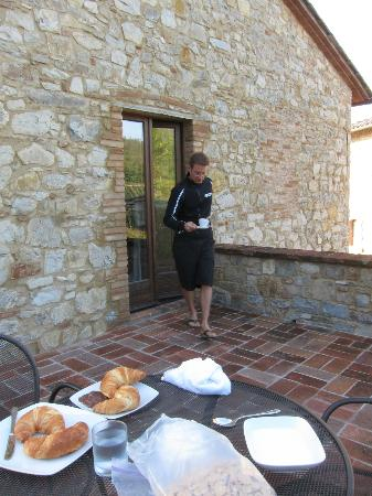 Cavarchino B&B: Breakfast al'fresco each morning
