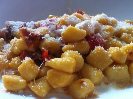 """Tarama': """"Gnocchetti di patate con pomodorini secchi, pancetta e crema di parmigiano reggiano"""""""
