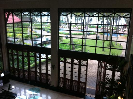 Dusit Thani Laguna Phuket : Lobby area stairs looking out to pool