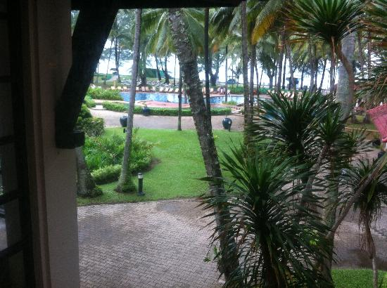Dusit Thani Laguna Phuket: Looking over the pool