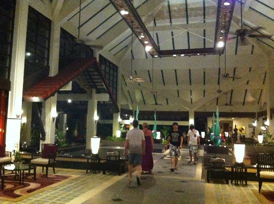 Dusit Thani Laguna Phuket: Sitting in bar looking at lobby
