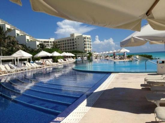 Live Aqua Cancun All Inclusive: heated pool :)