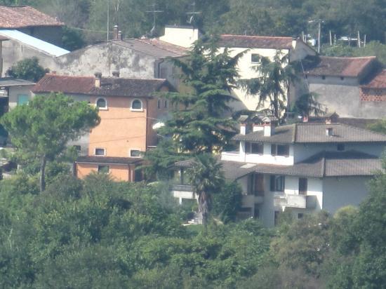 Agriturismo Visconti: Il B&B (edificio arancio) visto dal Parco Sigurtà