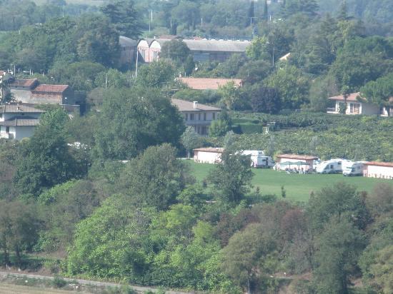 Agriturismo Visconti: Piscina (dietro gli alberi) e zona campeggio del B&B dal Parco Sigurtà