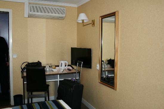 Opera Deauville Hotel: Room #42, noisey