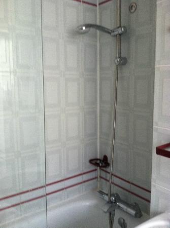 Opera Deauville Hotel : Room #42, note 1/2 shower door