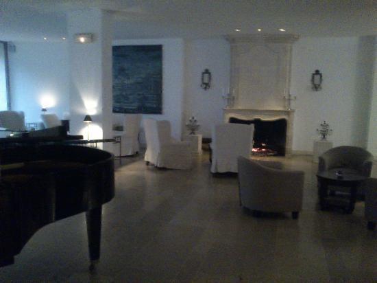 Résidence de France : Le Salon avec cheminée, canapés et piano