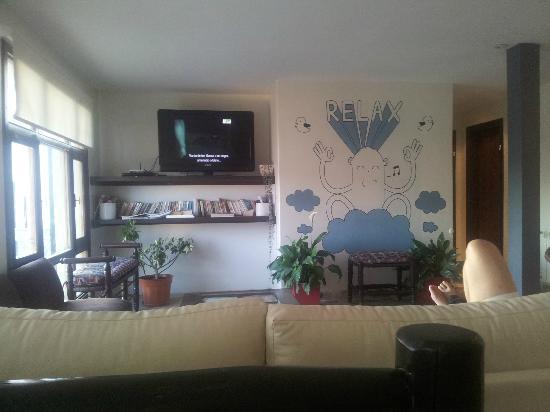 Hostel Los Troncos: Sala descanso