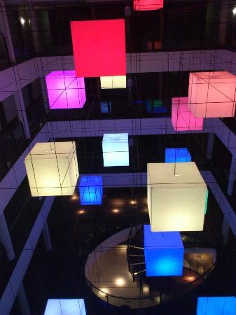 Hotel Lumen: lampen in de hal