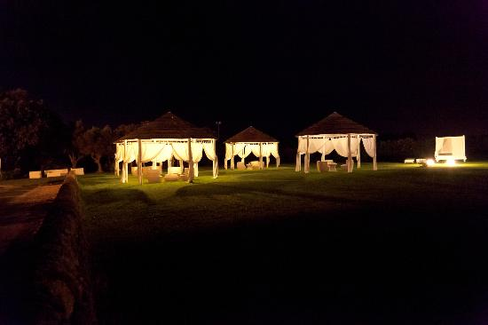 Hotel Borgo Pantano: Grounds around the pool at night