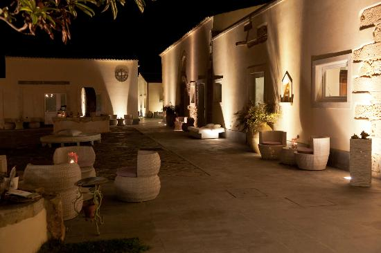 Hotel Borgo Pantano: Courtyard at night