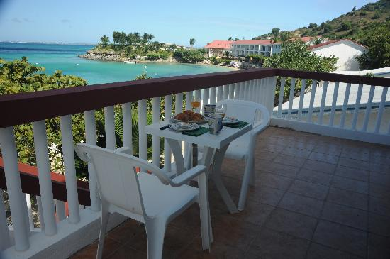 Flamboyant Beach Villas: Breakfast on Balcony of n°7 with a magnificant Sea View over Grand Case Bay and Anguilla