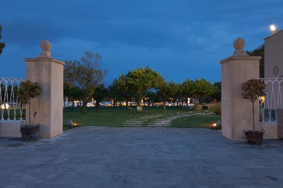 Hotel Borgo Pantano: Entrance into the Orchard and pool area