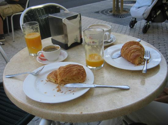 Hotel Jáuregui: Ontbijten in straatje naast hotel