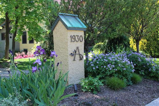 Avalyn Garden Bed and Breakfast: In springtime the garden comes alive with color