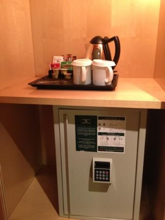 Jeddah Hilton: safe box & cafe machine