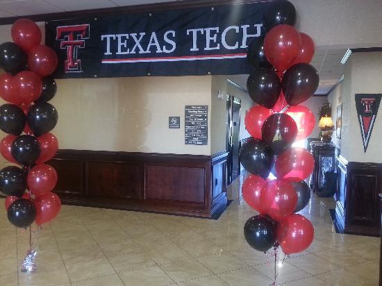 Hampton Inn & Suites Lubbock Southwest : Lobby- during home Texas Tech Football Games