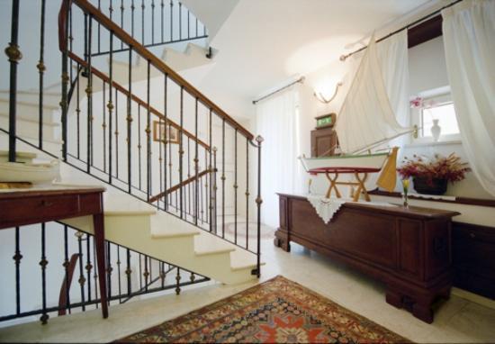 Villa Tuttorotto: Stairs