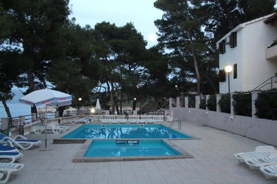 Lina Apartments: Swimming pool area and sun beds