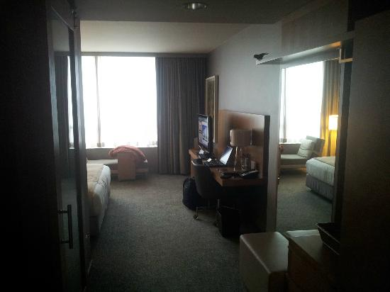 Loews Chicago O'Hare Hotel: Looking in the room