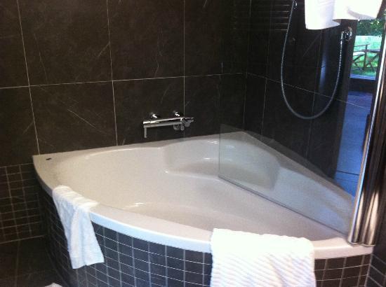 Hotel President Pantovcak : Jacuzzi: glass shield too small
