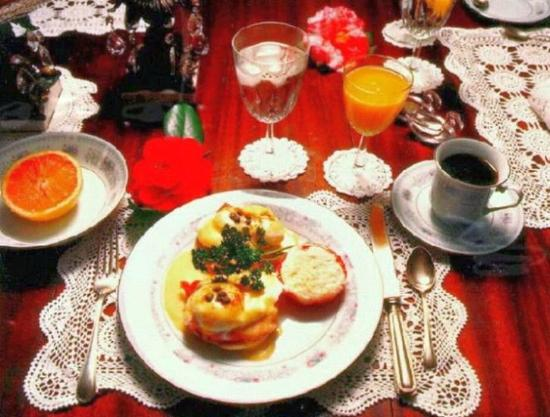 Barrow House Inn: Eggs Benedict with sterling silver and fine china