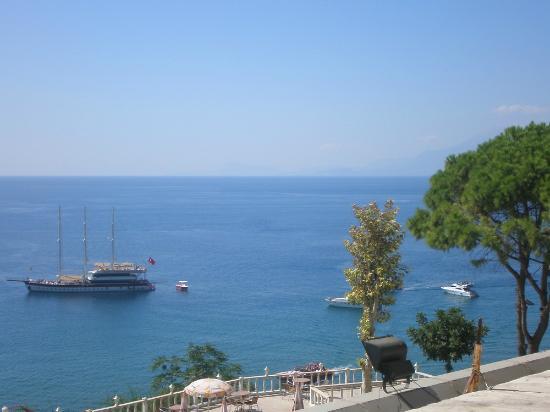 Lara Hotel Antalya: Территория отеля, вид на море