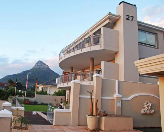 3 On Camps Bay Boutique Hotel : Side view of the guesthouse