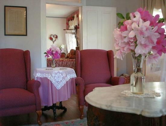 Barrow House Inn : Victorian Suite Parlor with La-z-Boy recliners and azaleas