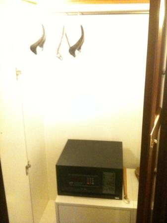 Royal Palace Hotel: stinky closet with safe box