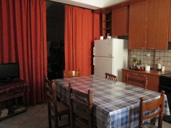 Kontaratos Studios & Apartments: Kitchen, dining and one of the rooms