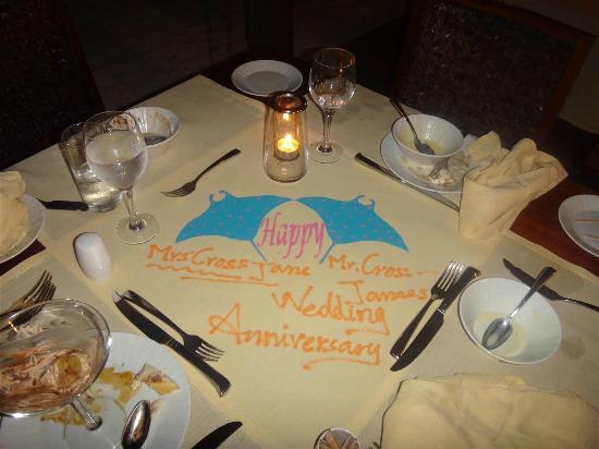 Diamonds Thudufushi : Parents anniversary table decoration