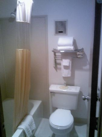 Days Inn Portland: Bathroom on your left