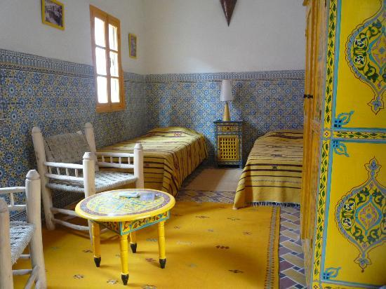 Riad Dar Tiflet : chambre jaune (yellow room, twin beds)