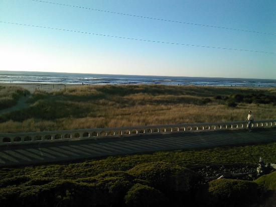 Hi-Tide Oceanfront Inn: view from the room of the beach
