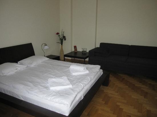 Venetian House Aparthotel: Spacious bedroom with sofa