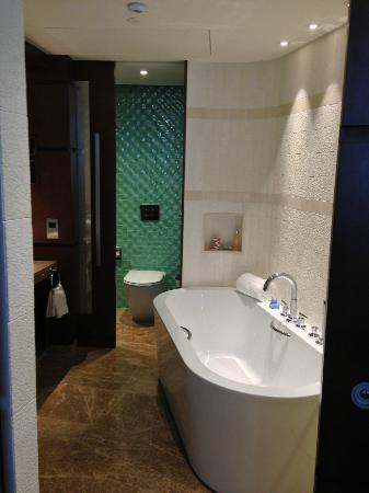 New bathroom suite picture of jumeirah beach hotel for Bathroom suites direct