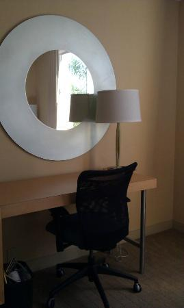 La Quinta Inn & Suites Naples Downtown : Desk area near window #327