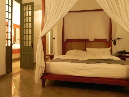 Hotel Amantaka: My Queen size bed