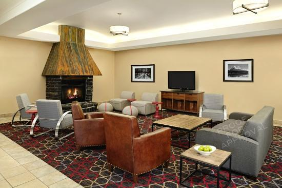 Four Points by Sheraton Edmonton South: Lobby Fireplace