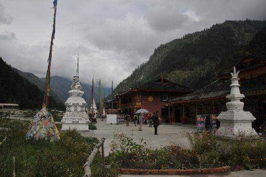 Jiuzhaigou Natural Reserve: Tibetan stupa