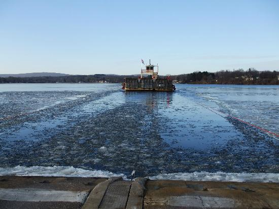 ‪‪Merrimac Ferry‬: Merrimac Ferry going through ice 12-2011