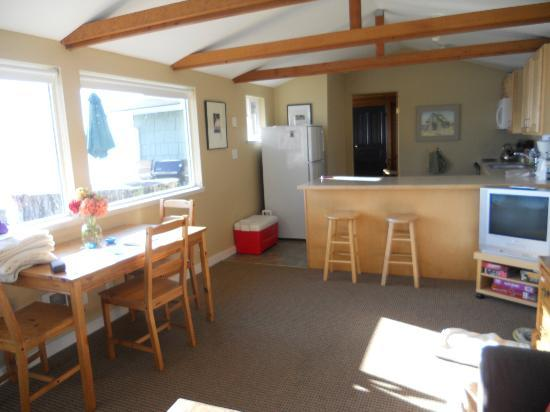Chevy Chase Beach Cabins: Light and bright living room and kitchen