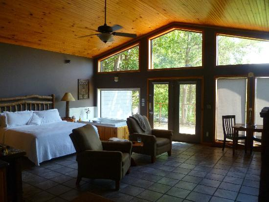 Beaver Lakefront Cabins: Comfortable Cabin - great view, jacuzzi, & fireplace